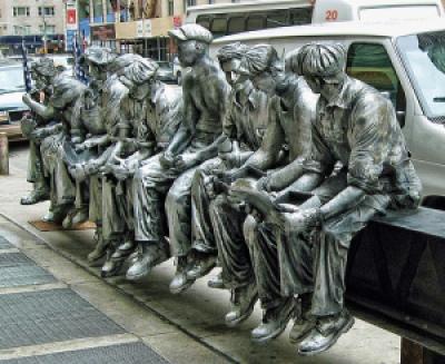 "2a1c3 charlesc ebbetslunchatopaskyscraper estatua na rua - Charles C. Ebbets o fotógrafo das alturas ""A hora do almoço"""