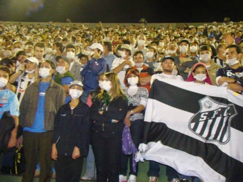 """f00e5 090806mascarados f 002 - Você se lembra do """"Jogo das Máscaras"""" entre Santos e Coxa?"""
